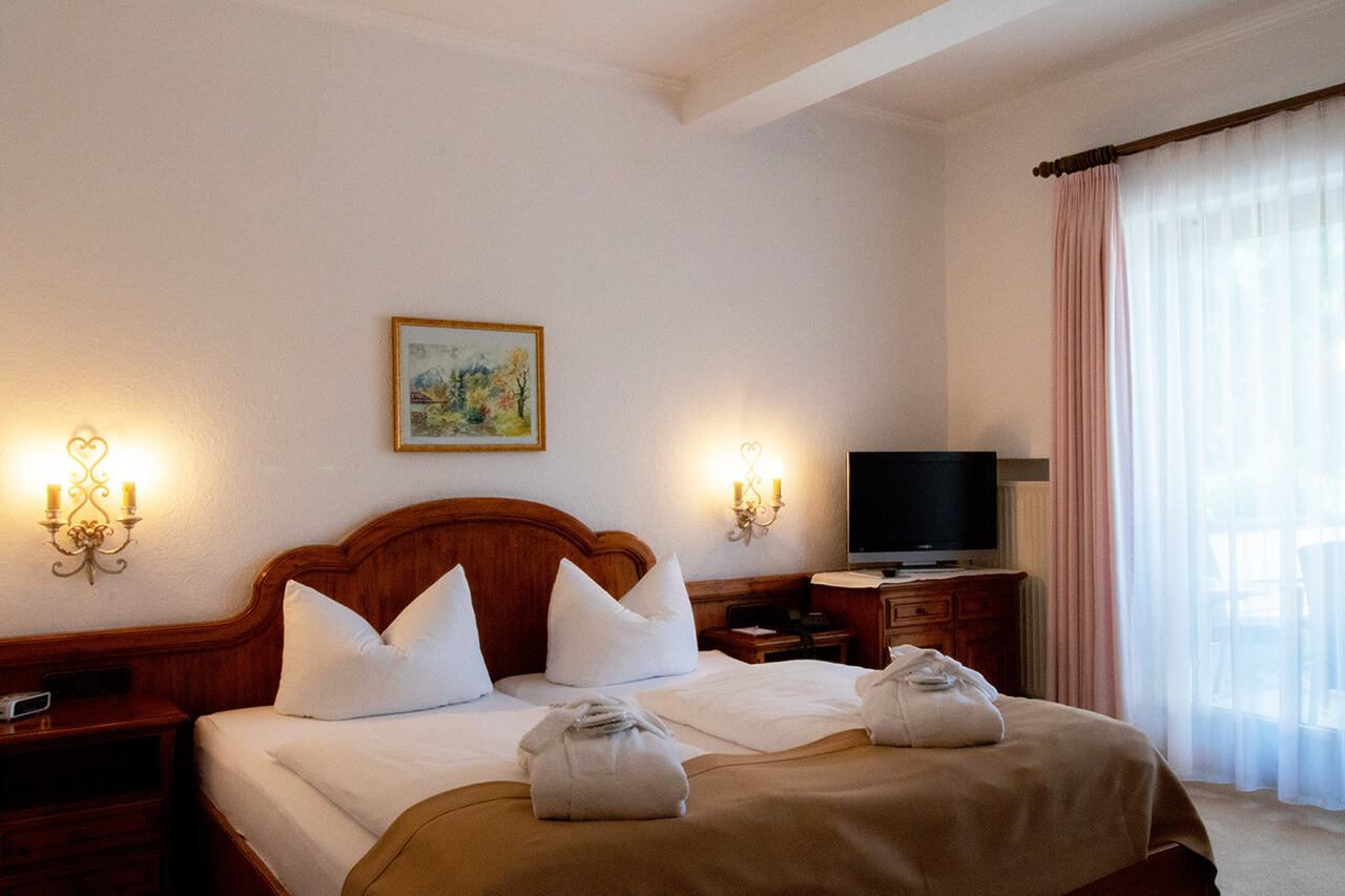 Hotel Alpenhof Grainau Standard-Doppelzimmer Bett