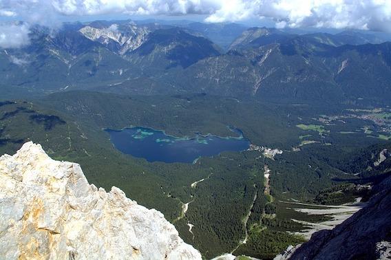 Blick von der Zugspitze auf auf den Eibsee