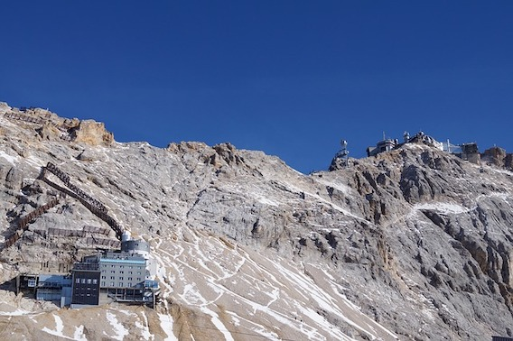 Blick vom Zugspitzplatt zur Gipfelstation